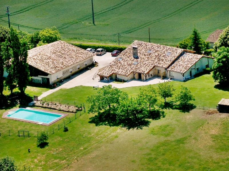 Nice house with pool access, vacation rental in Miramont-de-Guyenne