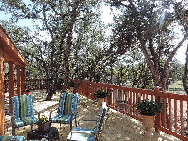 1000 pieds de terrasses/patios/porches avec beaucoup de tables, de bars et de chaises confortables pour se détendre et profiter