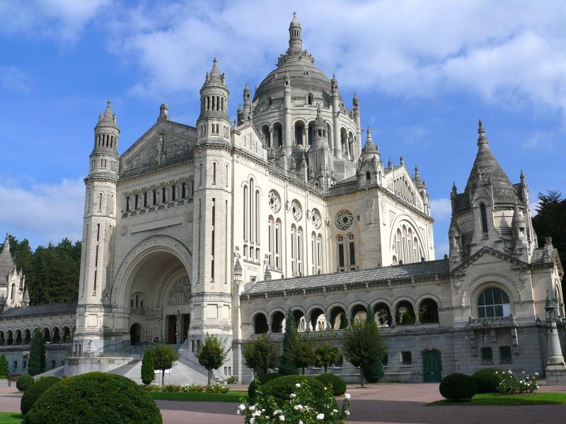 Lisieux, sa Basilique Sainte Thérése à 19KMS (20 mns)