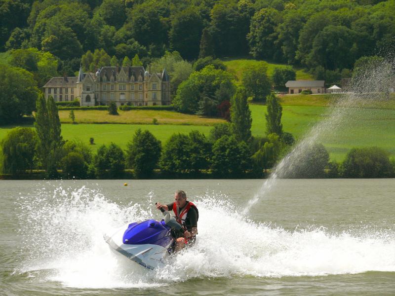 A 10 mns le lac de Pont l'évêque vous offre jet ski, baignade, jeux pour enfants.