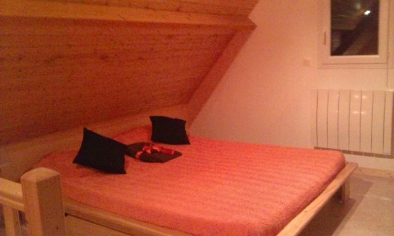 Une pièce agréable en mezzanine avec un grand lit de 160 cms (draps fournis)
