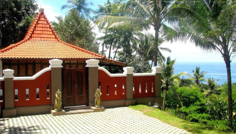 La cabaña Joglo con jardín privado y vistas al mar