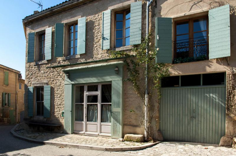 Slow Provence, Gorgeous 5 Bedroom House- Savor the Charm of Old Provence, casa vacanza a Ansouis