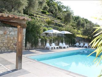 Piscina con terraza para tomar el sol y un porche con 2do Salón