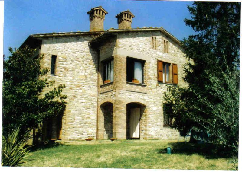 Struttura muraria tipica dell'Umbria, con dependance : due posti macchina., holiday rental in Fratta Todina