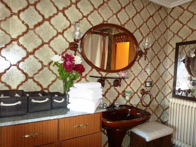 Baño completo de cerámica marrón