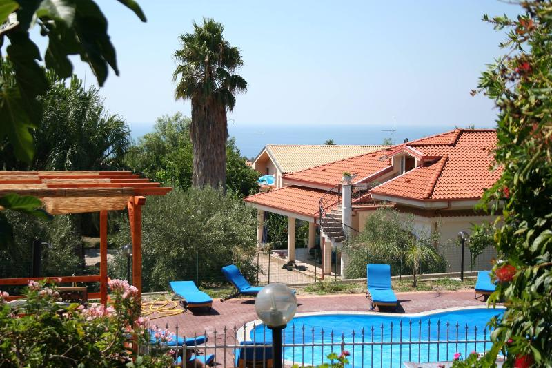 Flat with pool and Private Beach Access, vakantiewoning in San Nicolo