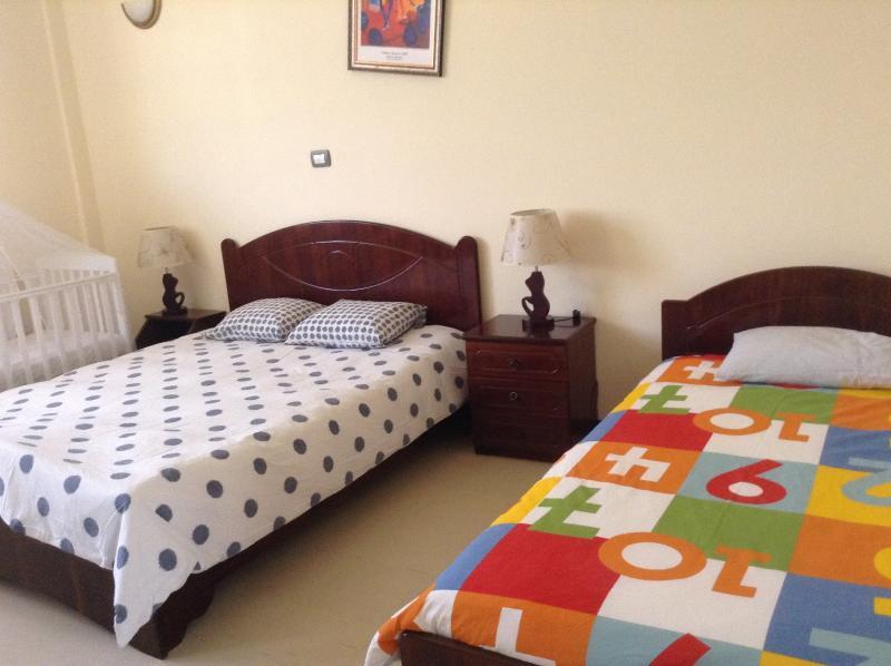 Grande stanza con 1 letto matrimoniale, 1 letto singolo e 1 lettino bébé
