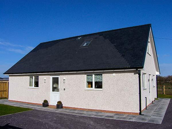 HENDRE, ground floor wet room, woodburning stove, WiFi, enclosed garden, Ref, Ferienwohnung in Llanbedr Dyffryn Clwyd