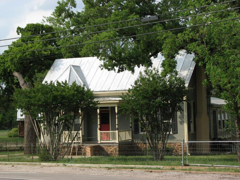 Built in 1900 as a Sunday House (in-town home for a ranching family), near Mason Courthouse Square!