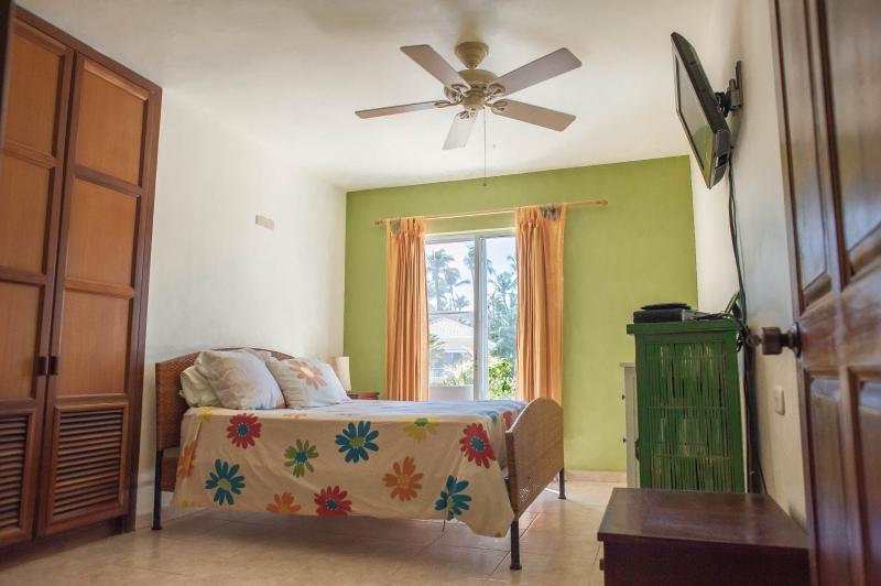 dormitorio principal con baño privado baño y flatscreen TV, cable completo. Canales de Estados Unidos