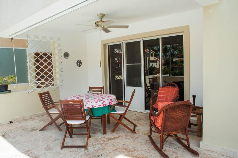 patio con mesa de comedor. 4 sillas, 1 silla 1 sentada cómoda silla