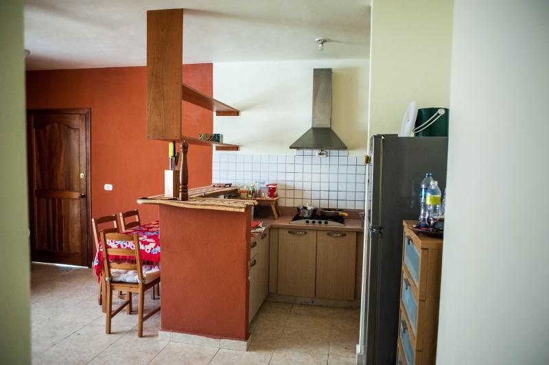 cocina con estufa, nevera y congelador. otro desayuno o cena. 4 asientos