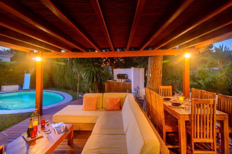 terrasse de 50m 2 avec parquet et salle à manger