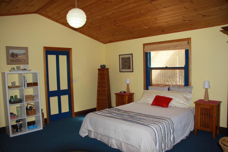 dormitorio con cama queen size
