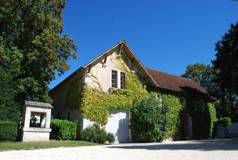 3 bedroom apartment in the grounds of Chateau La Gauterie, shared pool, holiday rental in Allemans