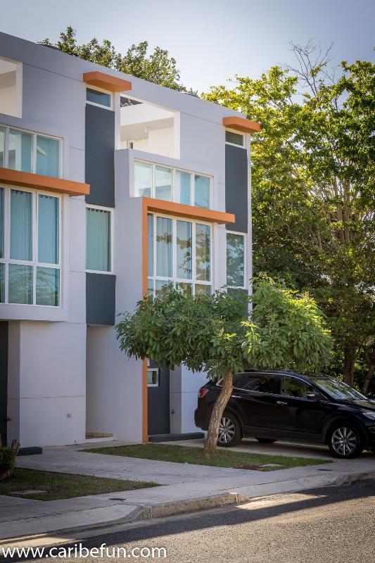 Nossa casa é uma unidade de esquina cercada por à sombra das árvores