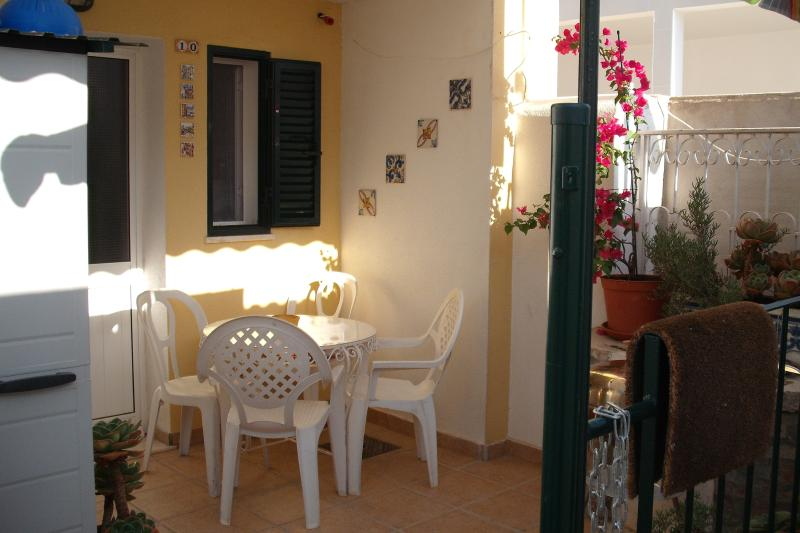 Near  Lisbon (Montijo) sunny flat  ground floor with terrace, aluguéis de temporada em Alcochete