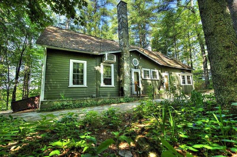 Stunning Forest Lake Home with Hot Tub open all Yr, alquiler de vacaciones en Harrisville