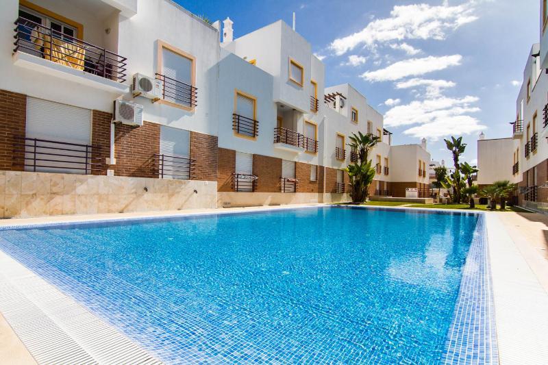 2 Bedroom Apt, Air -  Con, Swimming Pool, Very Close To Beach Cabanas De Tavira., vacation rental in Tavira