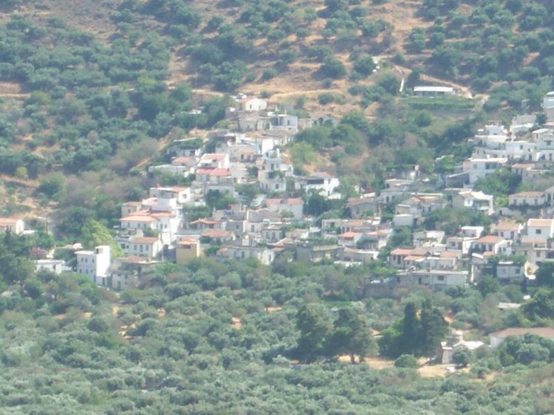vista de la aldea de las montañas de Elounda opuestas