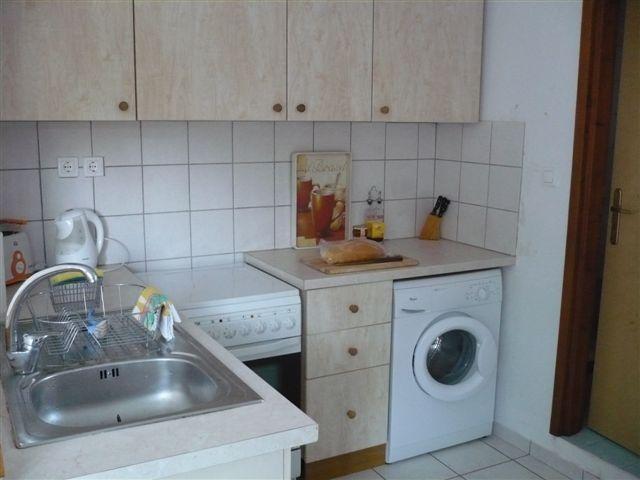cocina totalmente equipada con cocina, nevera y lavadora
