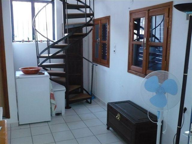 escalera de caracol con escalones de madera detrás de la zona de cocina