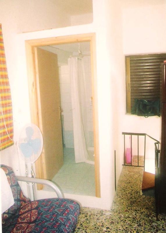 pequeño dormitorio en planta alta principal para aseo y cuarto de baño