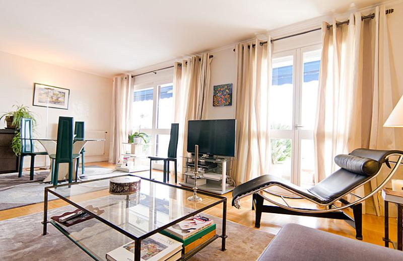 Stylish apartment in good location, location de vacances à Hauts-de-Seine