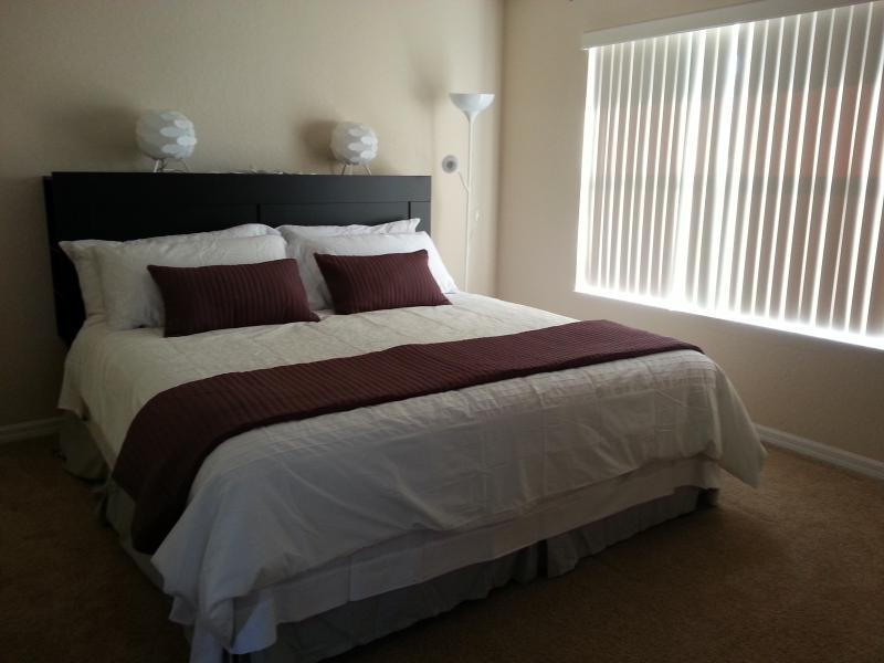Lá em cima, Mestre quarto com uma cama king-size.