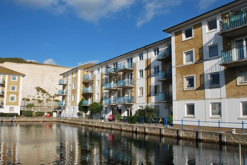 Brighton Marina top floor apartment with balcony and water views. FREE parking., location de vacances à Brighton and Hove