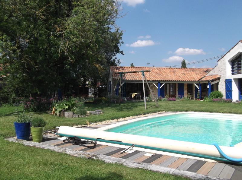 La piscine et le gîte en retrait