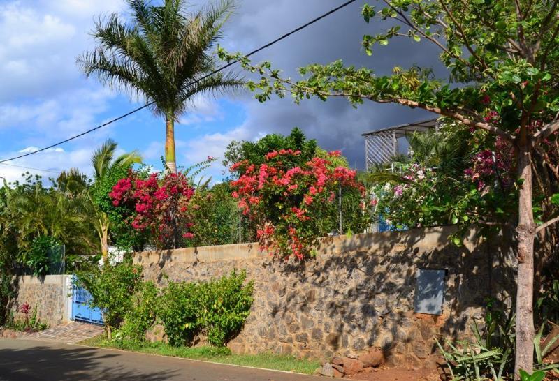Portail de la propriété, sur l'avenue Barracudas - The gate of the property, on Barracudas Avenue