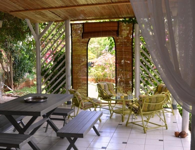 La terrasse couverte (varangue) où l'on passe de longues heures à farnienter - Shadowed terrace