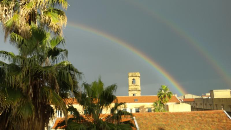 arcobaleno sui tetti