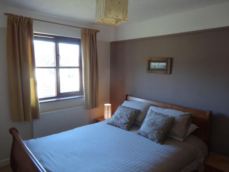 King Size Main Bedroom, View to sea/lundy