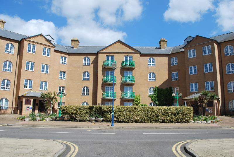Spacious Three Bedroom Apartment with a Lift, Water Views,Parking for Two Cars, location de vacances à Peacehaven