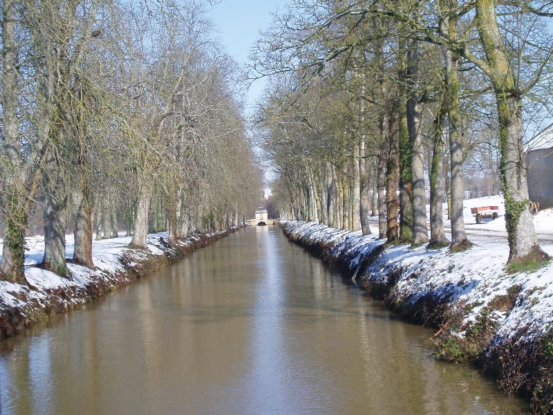 Le canal conduisant au pavillon dans le parc du château