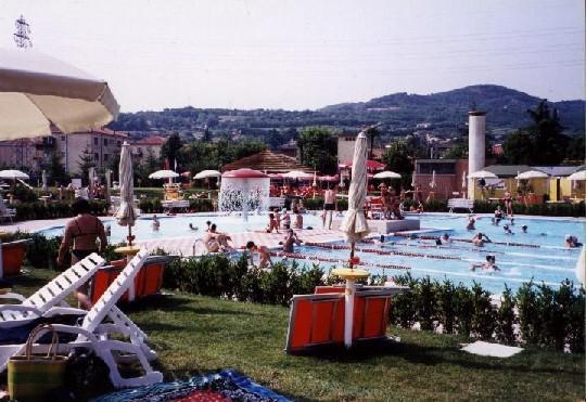 Este public swimming pool discovery