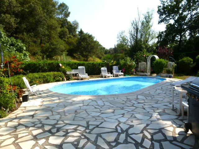 Schwimmbad auf dem Land, in einem sehr grünen Platz...Sonnenbänke autour