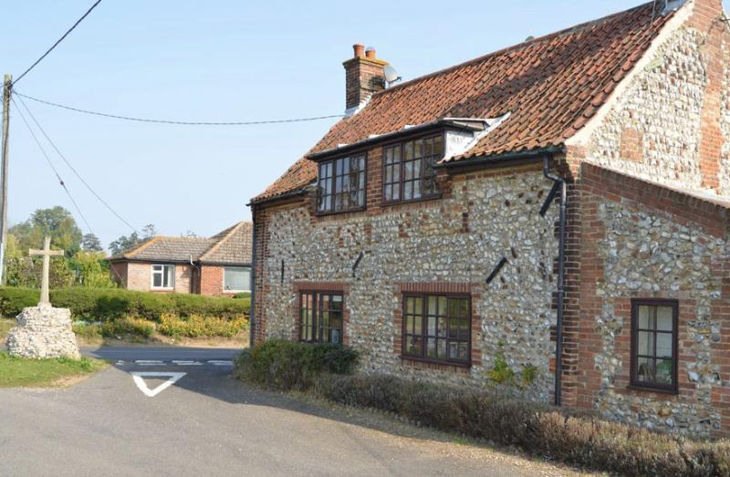 Pilgrims Cottage - Period cottage with open fire, holiday rental in Stanhoe