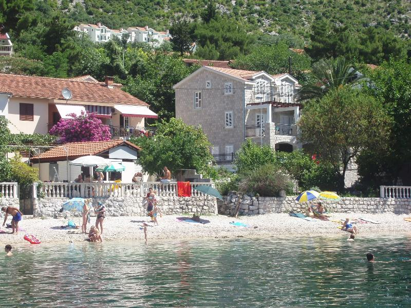 Waterfront Seaside Villa on Boka Kotorska Fyord, aluguéis de temporada em Orahovac