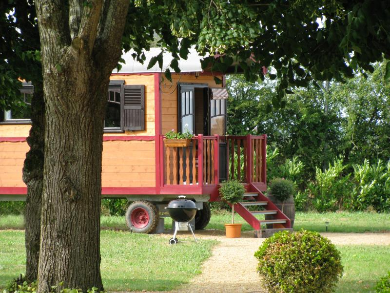 ROMANTIC GYPSY CARAVAN - 4 PEOPLE WITH POOL, vacation rental in La Jumelliere