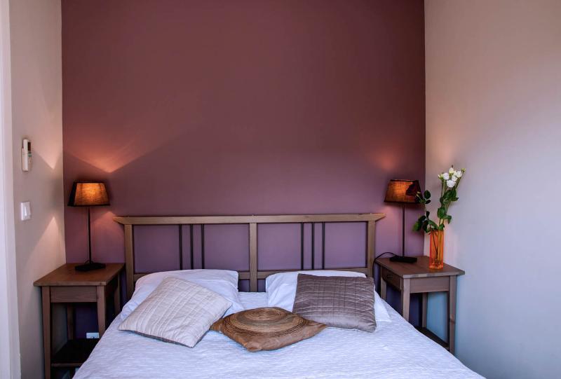 Chambre lilas climatisée lit double - Belle vue sur le jardin