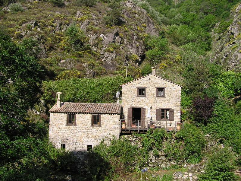 MAISON DE CARACTÈRE EN PIERRE DE 130 m2, holiday rental in Antraigues-sur-Volane