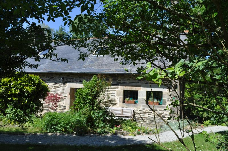 Idyllic Riverside Cottage in Brittany, France, holiday rental in Finistere
