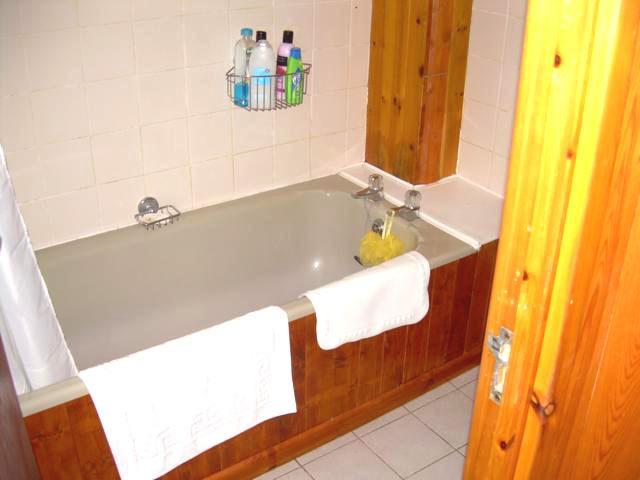 Bad mit Heizung und Rasierapparat, 2 Handtuchhalter, mattierten Fenstern und Fensterbrüstung Schrank, Dusche
