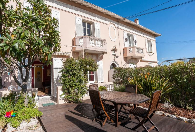 sunny 2BR apartment + garden, calm and quiet, location de vacances à Antibes