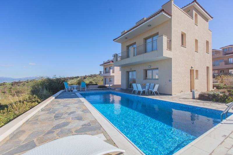4 Bed Luxury Villa - Amazing Sea Views - Sauna - Private Pool, location de vacances à Inia