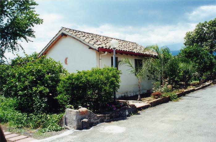 casetta a 200 m dal mare di fondachello, holiday rental in Gravina di Catania